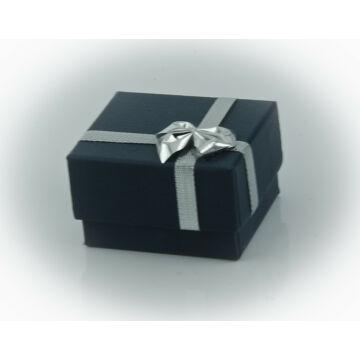Kék doboz ezüst díszítéssel